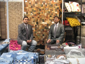 Mr. Yogesh Bansal and collegue from India in the Hall 15 showing us some of his carpets and pillows designs. Foto by Maria M. Del Risco