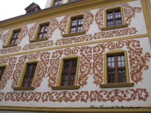 Las paredes de los edificios también tienen detalles de pintura a modo de murales.Fachada ene le centro de la ciudad.