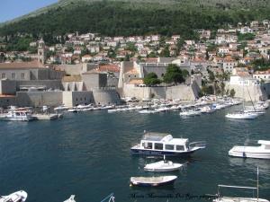 Vista de la ciudad amurallada y puerto de Dubrovnik