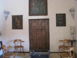 Puerta y cuadros de arte colonial
