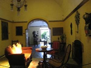 Una de las salas de la casona