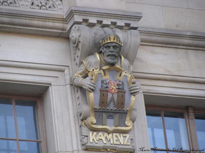 Detalle de esculturas de estilo prusiano en uno de los edificios principales.