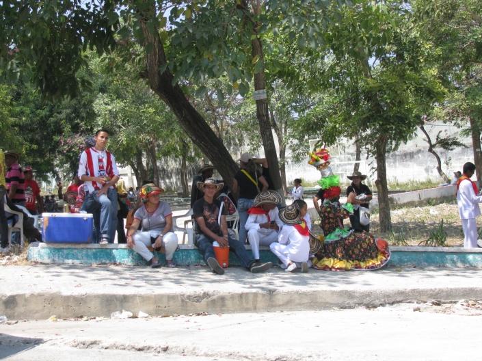 Gente preparándose para el carnaval.